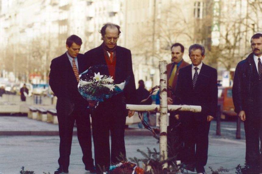 Foto nga jeta dhe vepra e Dr. Rugoves! - Faqe 8 Auto_largea_rugova-ceki14360402031436041122