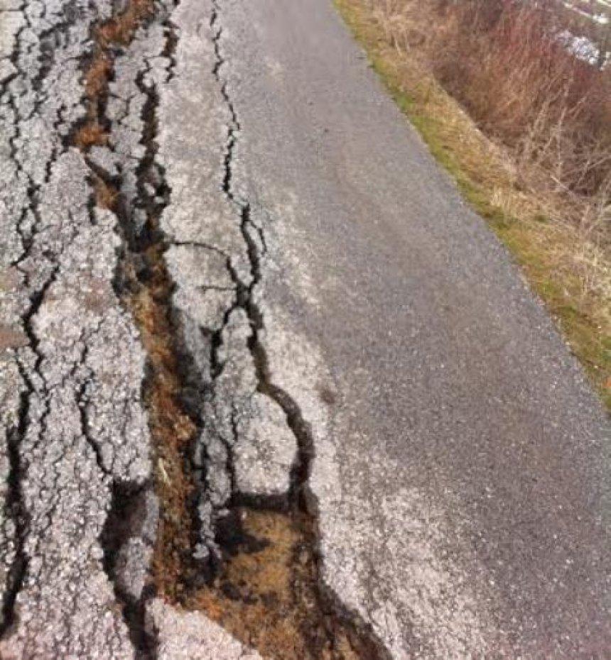 Çahet dhe deformohet asfalti i rrugës në Bivolak të Vushtrrisë (FOTO)