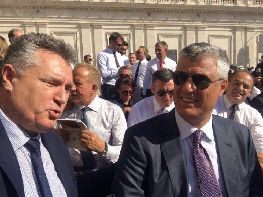 Foto të liderëve kosovarë në Vatikan