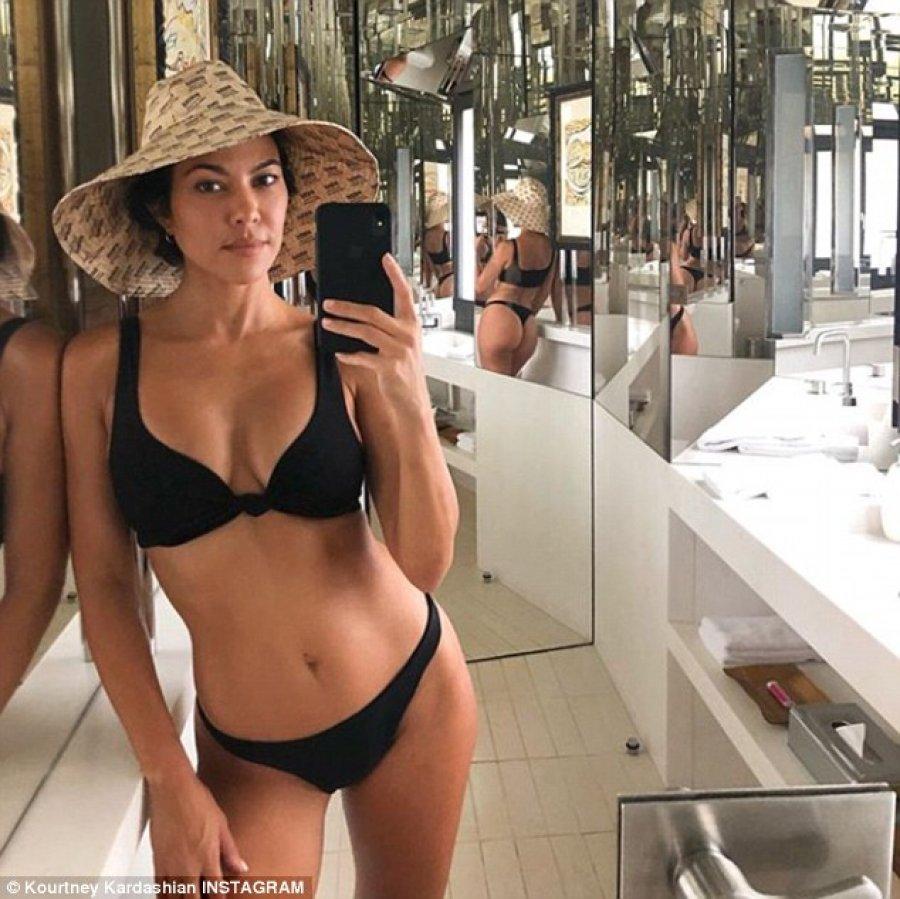 Kourtney Kardashian pozon tërësisht e zhveshur