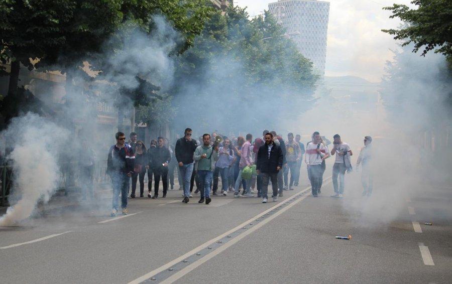 Tensione në protestën e studentëve në Shqipëri