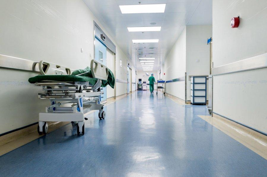 Reperi i njohur shtrihet në spital - Lajmet e fundit - Zëri