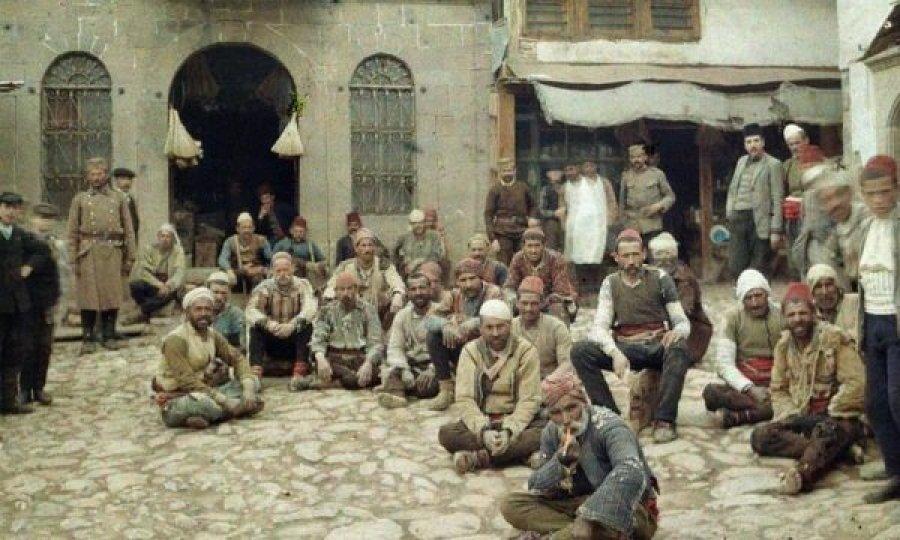 'Shqiptarët e uritur' – kjo është historia e fotografisë së vitit 1913 të realizuar në Prishtinë