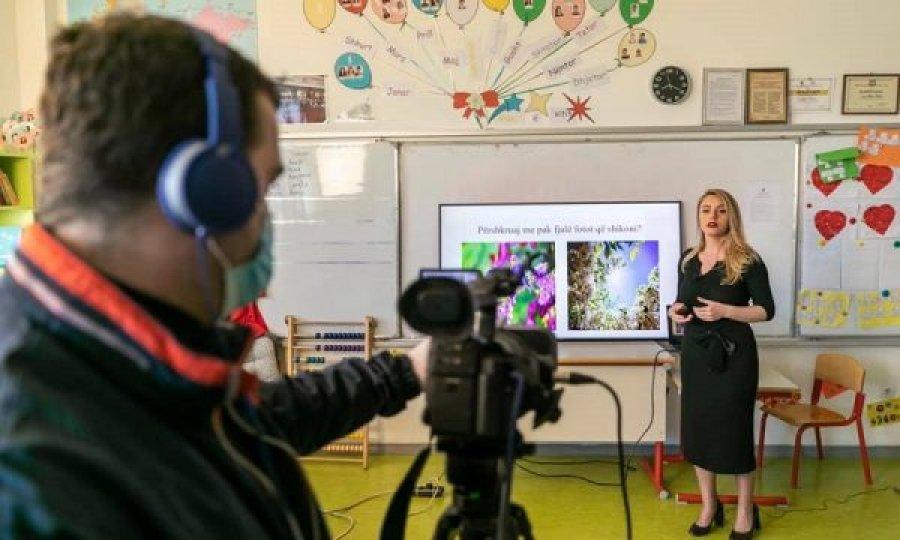 Qeveria merr vendim për shtesa në pagë për mësimdhënësit e mësimit online