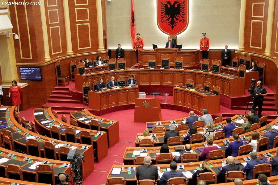 Një vit nga tërmeti, Kuvendi i Shqipërisë mban një minutë heshtje për viktimat